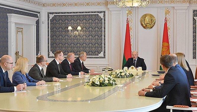 Банкам надлежит стать локомотивом инноваций, особенно в части цифровизации — Лукашенко