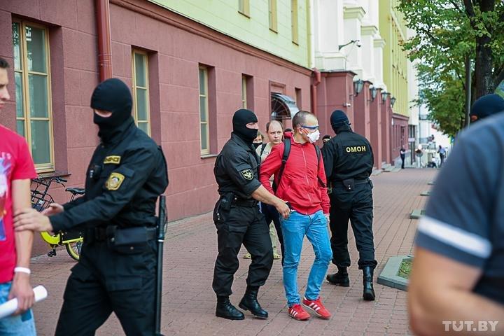 В Минске у здания КГБ задержали журналистов